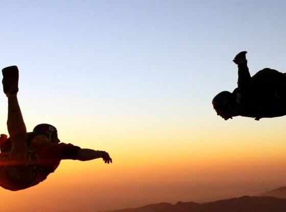 L'immagine mostra due paracadutisti in discesa libera