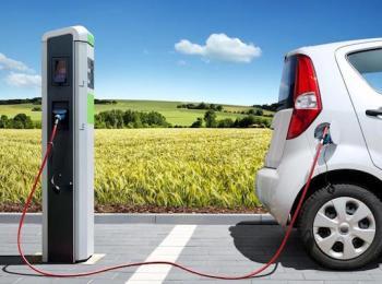 La foto mostra un'auto elettrica in ricarica
