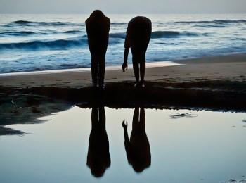 La foto mostra due sagome in spiaggia