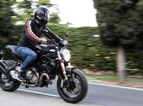 La foto mostra un motociclista che sfreccia in sella alla sua moto