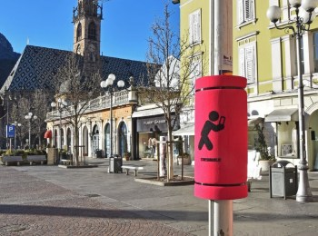 La foto mostra un paratesta sui pali per chi cammina guardando il cellulare a Bolzano, in Trentino