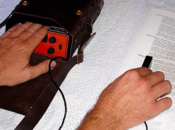 La foto mostra un esempio di utilizzo dell'Optacon
