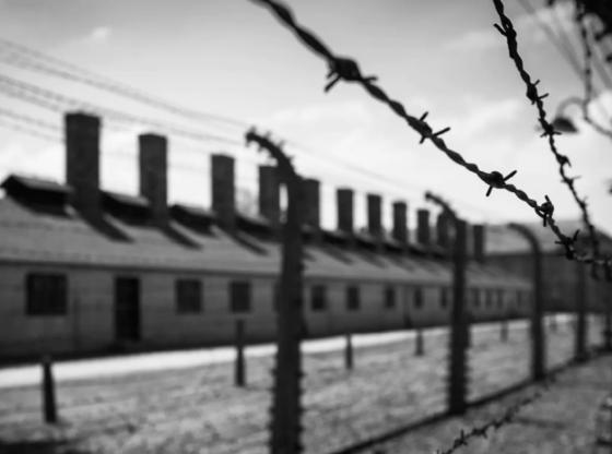 La foto mostra un campo di concentramento