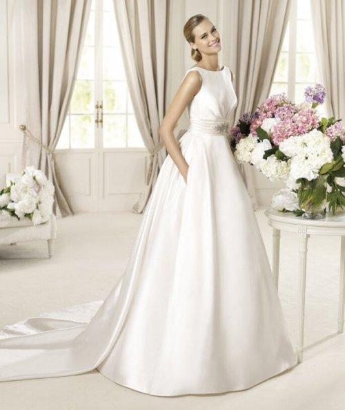 Vestido de novia con escote redondo - Foto Pronovias