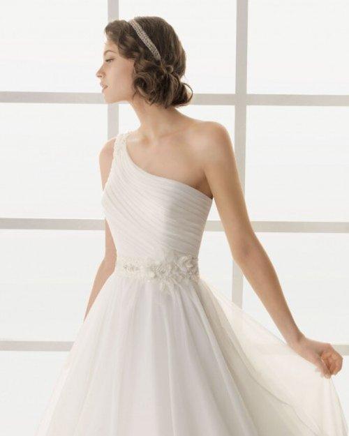 Vestido de novia con escote asimétrico - Foto Rosa Clará