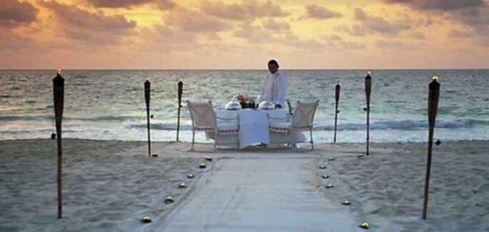 Disfruta de una romántica cena a la orilla del mar en tu luna de miel - Foto