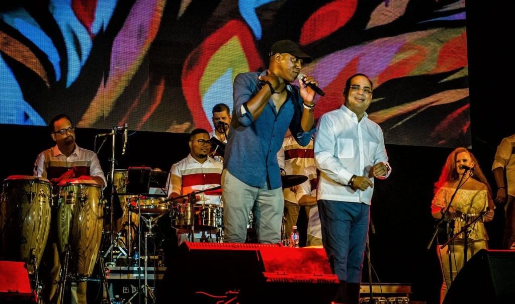 Gilberto Santa Rosa with Cuban musician Tony Ávila and his group at the Varadero Josone Festival. Photo: Kako Escalona / Magazine AM: PM.