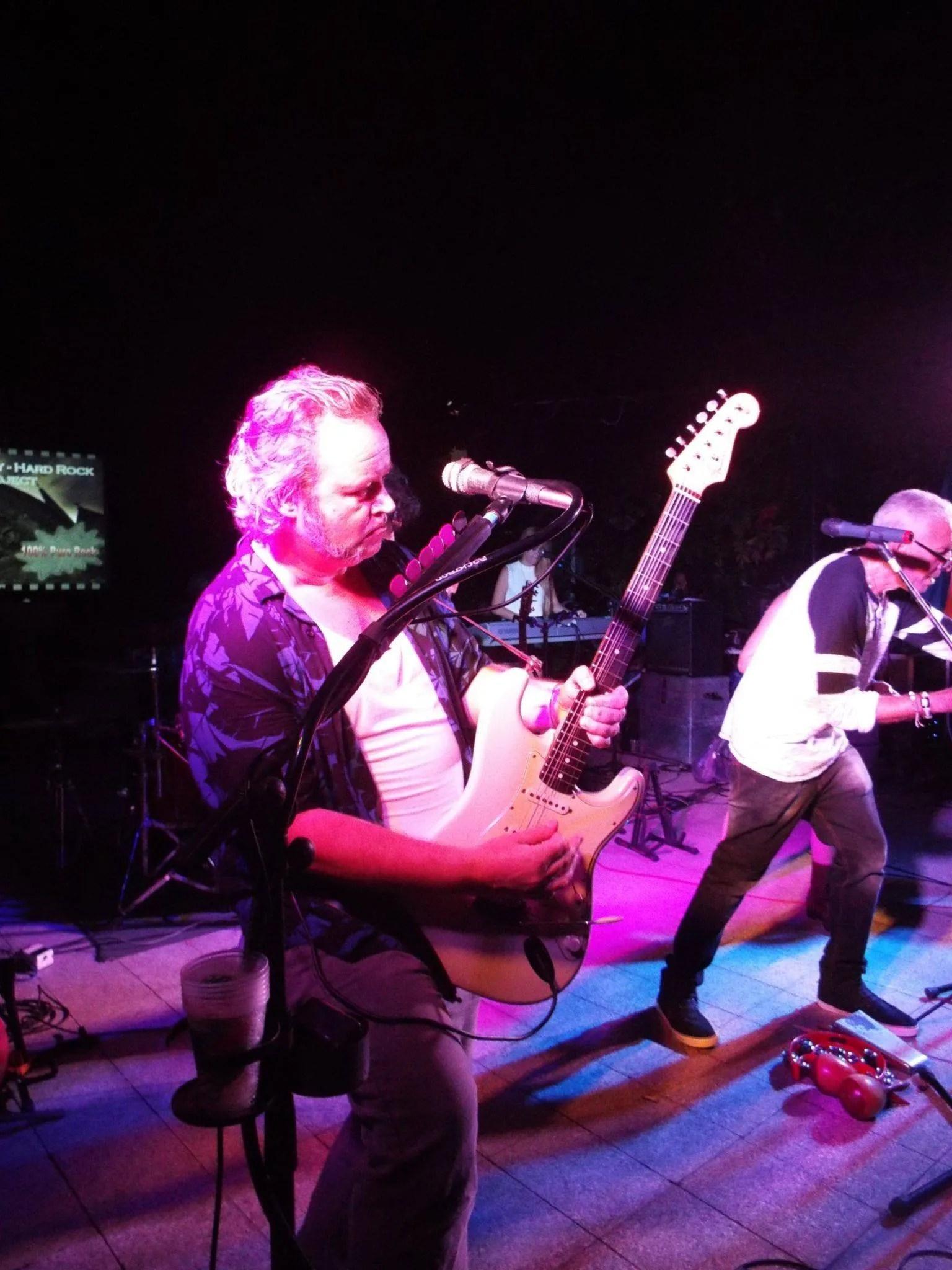 """Steinar Seland, guitarrista de Vieja Escuela: """"A Cuba llegué por primera vez en 1998, por la invitación de unas amigas noruegas que tenían negocios aquí. Estuve haciendo algunos viajes durante algún tiempo y en el 2008 vine a vivir a Cuba de forma definitiva. Aquí comencé a tocar con Sociedad Habana Blues y en el 2012 me convertí en uno de los miembros fundadores de Vieja Escuela""""."""