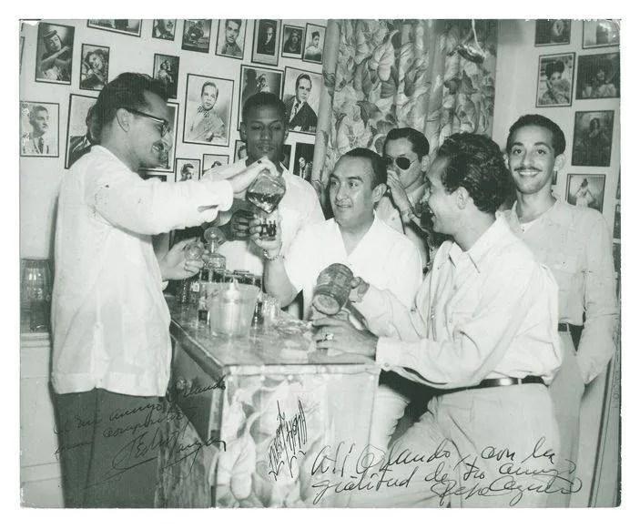En La Cafetera, de izquierda a derecha: Julio Gutiérrez, Orlando de la Rosa, Pedro Vargas, Bobby Collazo y José Carbó Menéndez. Al fondo, con gafas, Pepe Agüero. Foto: Archivos privados Orlando de la Rosa-Adalberto del Río.