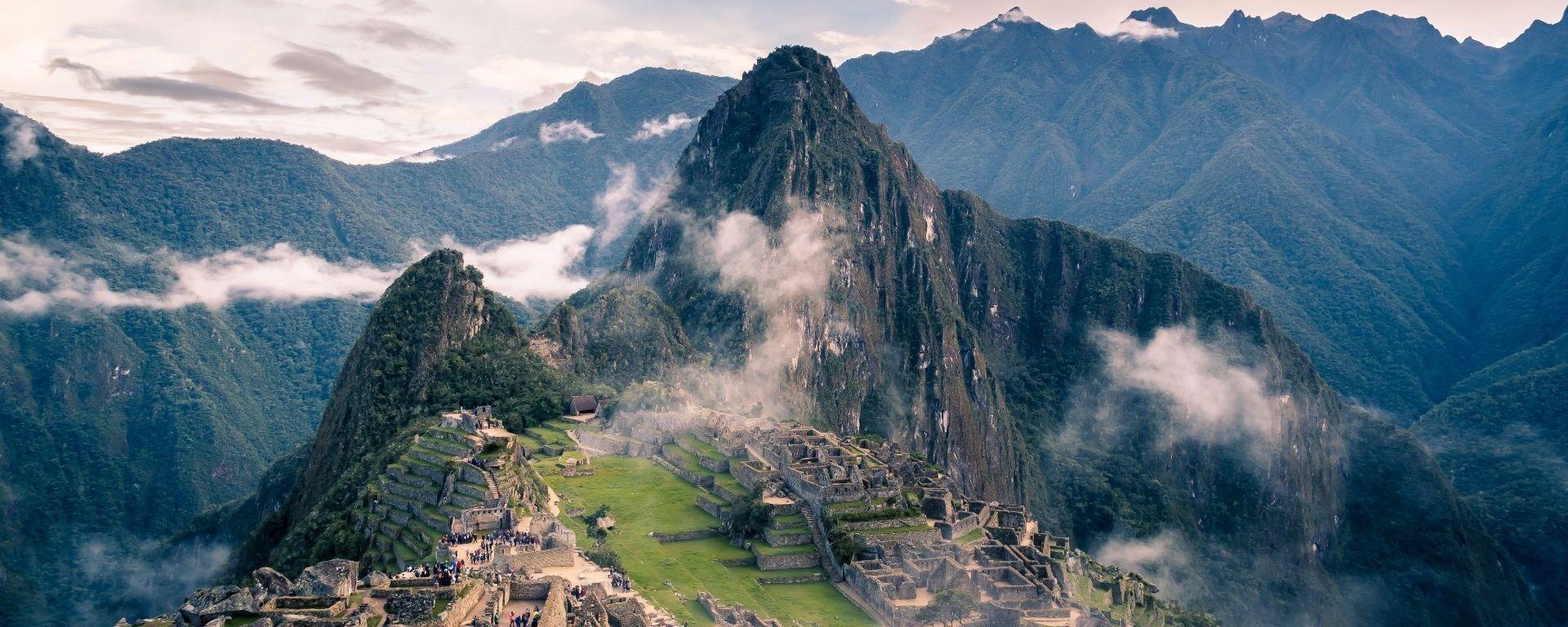 Vista dall'alto delle rovine Inca di Machu Picchu