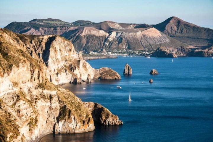 Scorcio della costa di Lipari con barca a vela