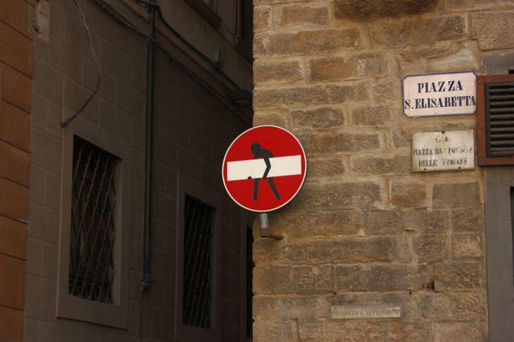 Segnale stradale in piazza Santa Elisabetta a Firenze con uno sticker dello street artist CLET