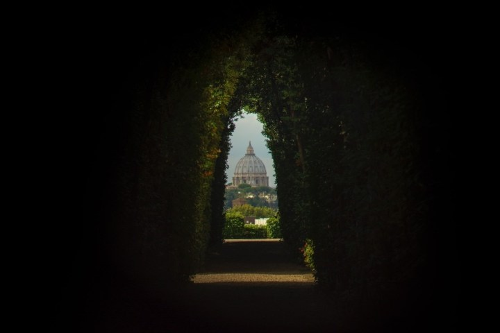 Vista sulla cupola di San Pietro dalla Villa del Priorato di Malta, Roma.
