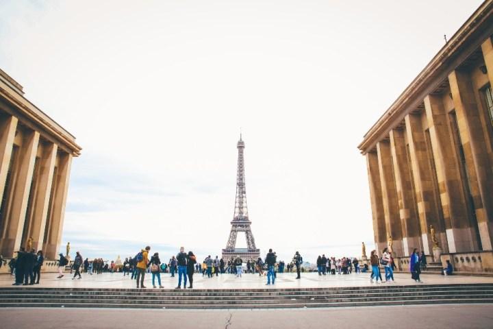 Vista sulla Torre Eiffel dalla terrazza di Trocadéro con persone, Parigi, Francia.