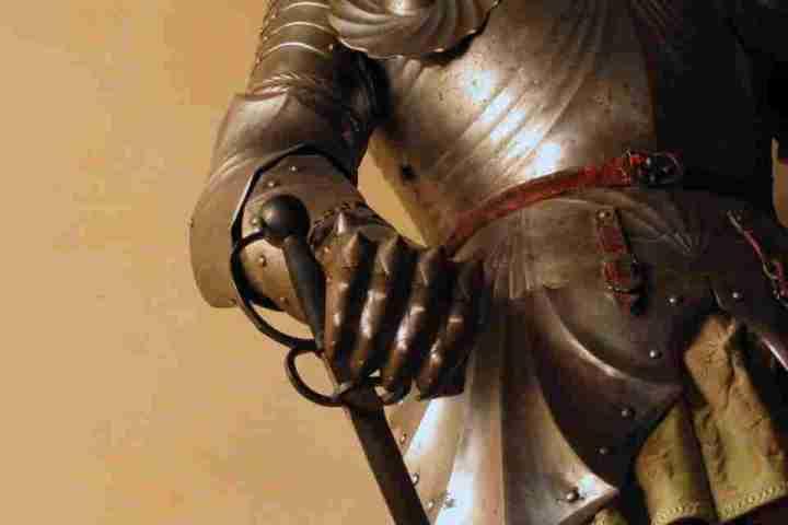 Particolare di un'antica armatura di un cavaliere completa di spada