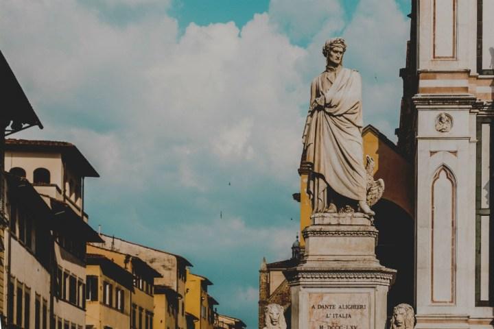 Statua del Sommo Poeta Dante Alighieri in piazza di Santa Croce a Firenze