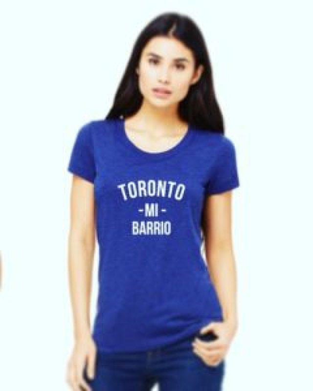 Modelo luciendo la camiseta de Mi Barrio