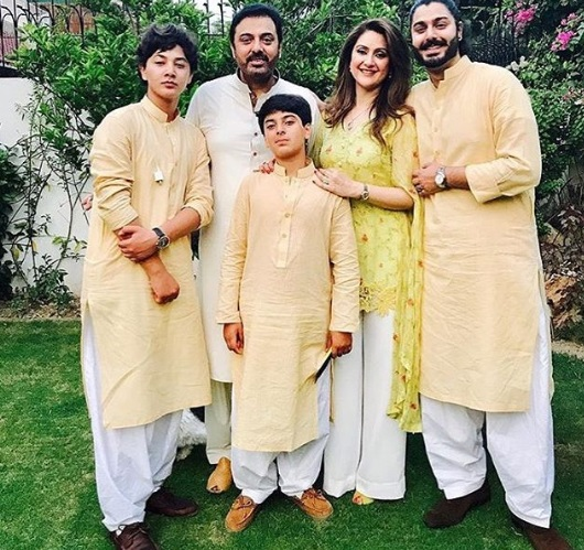 Nouman Ijaz Wife Pictures With Three Sons (1)