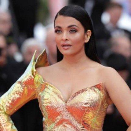 Aishwarya Rai Bachchan confuses with a metallic yellow dress in Cannes (1)