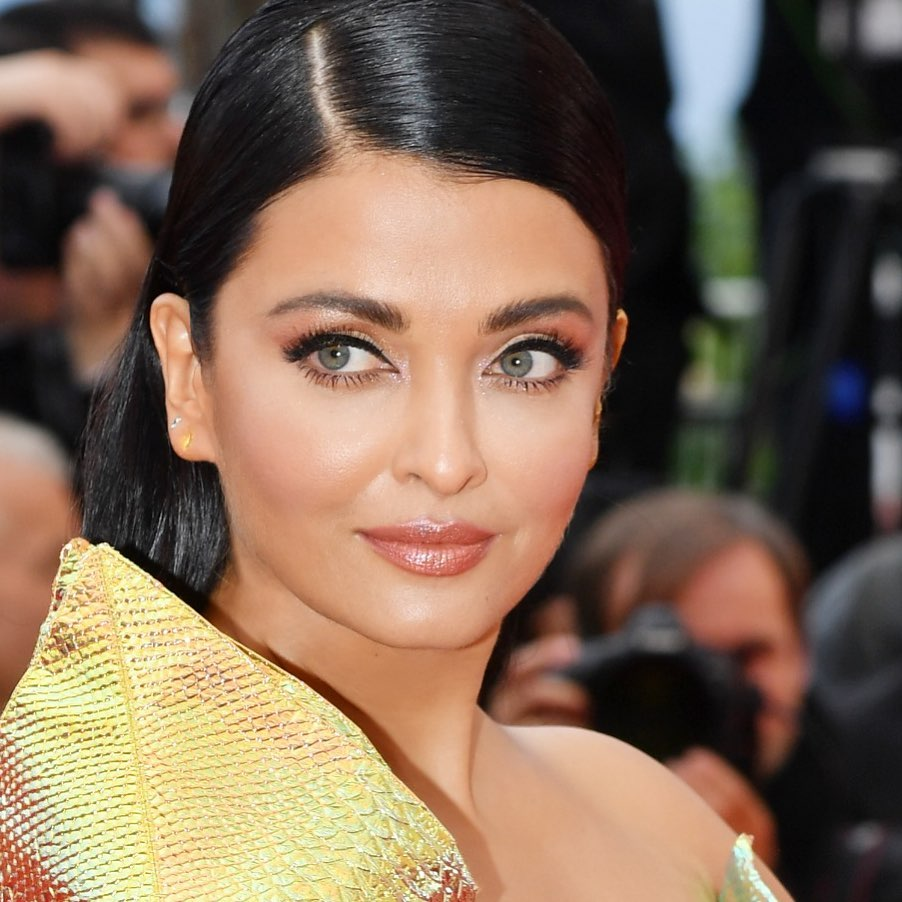 Aishwarya Rai Bachchan confuses with a metallic yellow dress in Cannes (2)