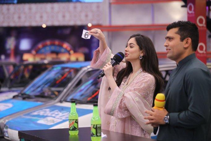 Cricketer Kamran Akmal and Actress Hania Amir in Jeeto Pakistan (4)