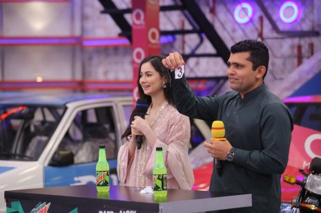 Cricketer Kamran Akmal and Actress Hania Amir in Jeeto Pakistan (5)