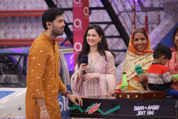 Cricketer Kamran Akmal and Actress Hania Amir in Jeeto Pakistan (7)