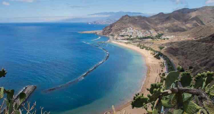 Tenerife è l'isola più grande e gettonata dell'arcipelago canario. Clima tropicale caldo, è la meta ideale per una vacanza di sole, mare e ...