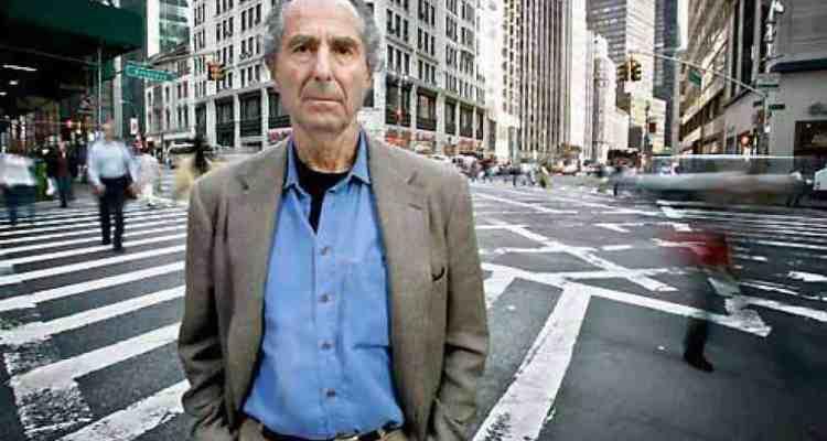 """E' morto all'età di 85 anni, per un'insufficienza cardiaca, lo scrittore statunitense Philip Roth. Gigante della letteratura contemporanea americana, Roth vinse il Premio Pulitzer nel 1998 con il capolavoro """"Pastorale americana"""", un'autentica e profonda esplorazione critica dell'identità americana."""