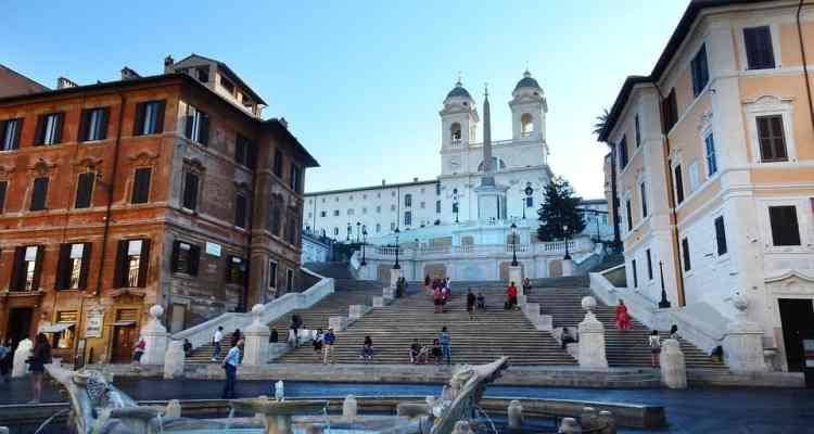 Alla guida di una Peugeot sulla scalinata più famosa di Roma.E' accaduto ieri mattina, intorno alle 6:30. Il video del recupero dell'auto.