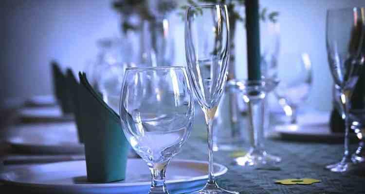 Due famiglie, due cerimonie, uno stesso ristorante. Una delle due famiglie ingaggia un cantante e l'altra ne beneficia. Scoppia rissa.