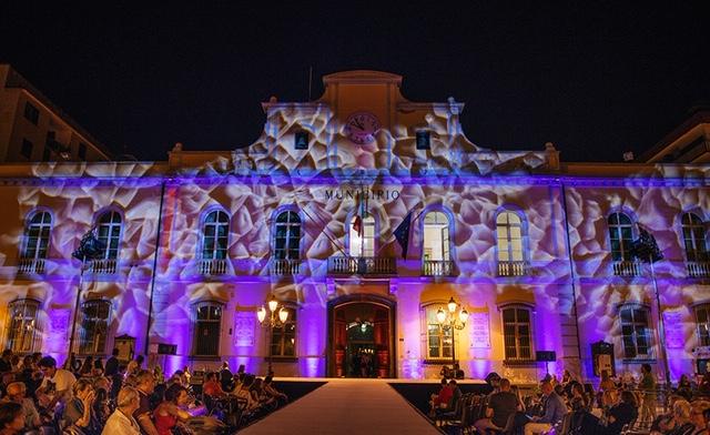 Nocera Inferiore protagonista del Fashion Art Show, arte e food si fondono in una magica serata, tanti gli ospiti che hanno onorato la piazza.