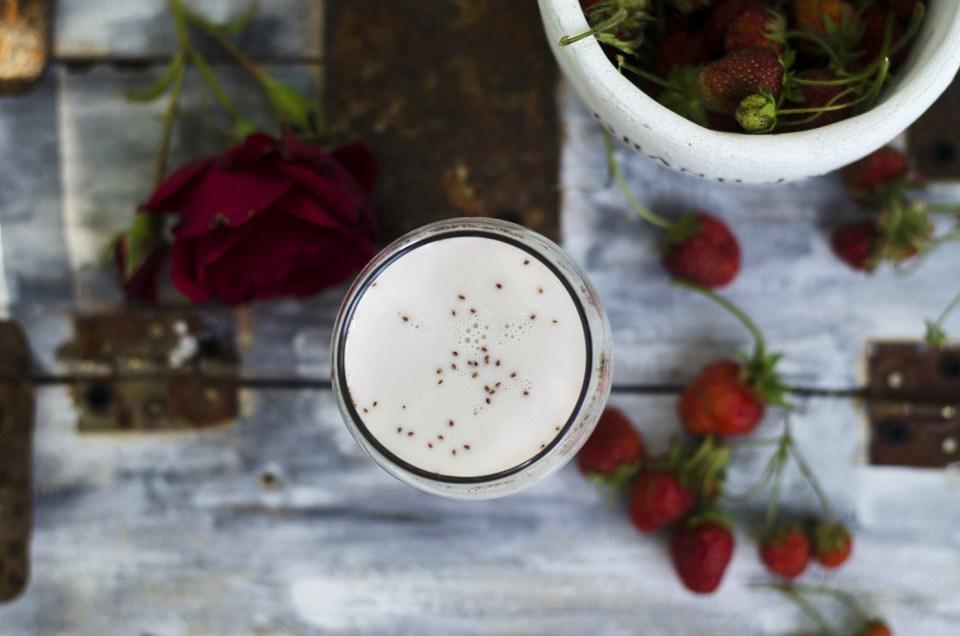 lapte cu sirop de capsuni si trandafiri