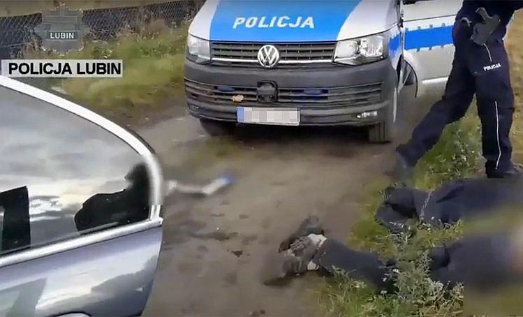 Lubin. Chciał przejechać policjanta – film