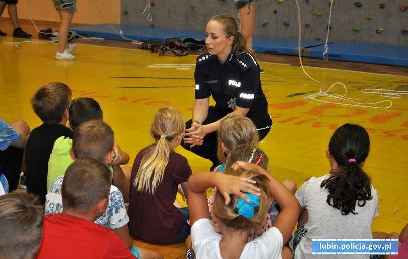 Policjanci podczas wakacji dbają o bezpieczeństwo dzieci