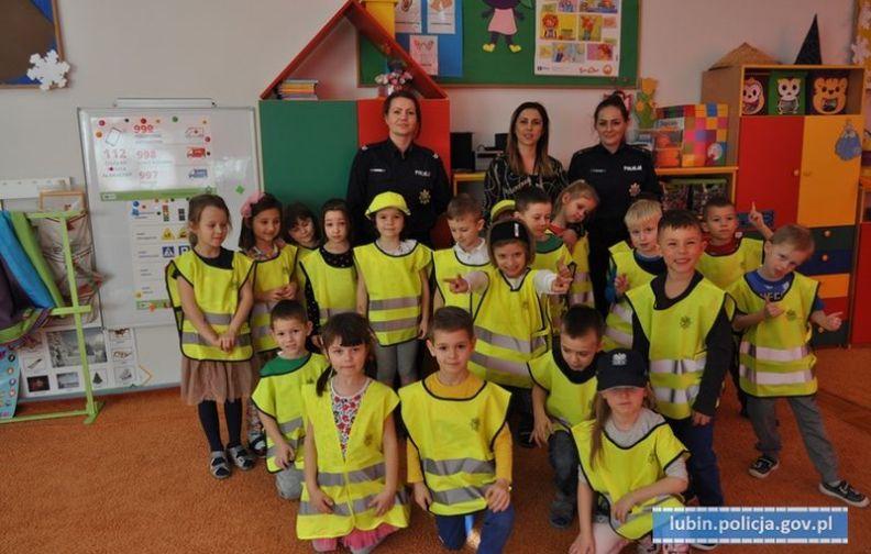 """""""Jeden, jeden, dwa- bezpieczeństwo da - wizyta lubińskich policjantek w przedszkolu."""
