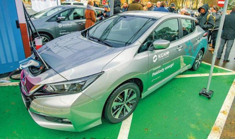 Pracownicy KGHM testują samochód elektryczny