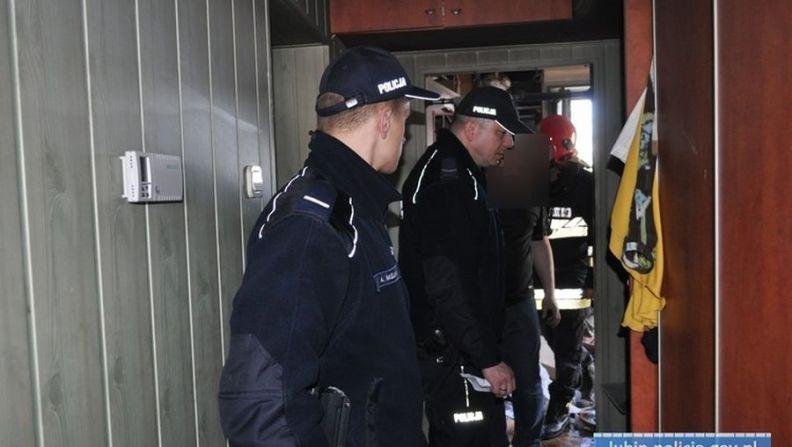 Lubińscy policjanci ewakuowali rodzinę z płonącego domu