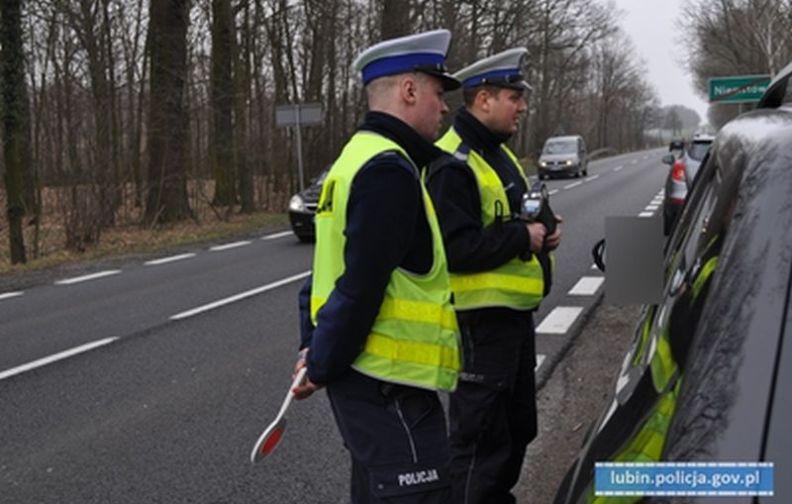"""Lubińscy policjanci prowadzą dzisiaj na drogach powiatu lubińskiego działania pn. """"Kaskadowy pomiar prędkości""""."""