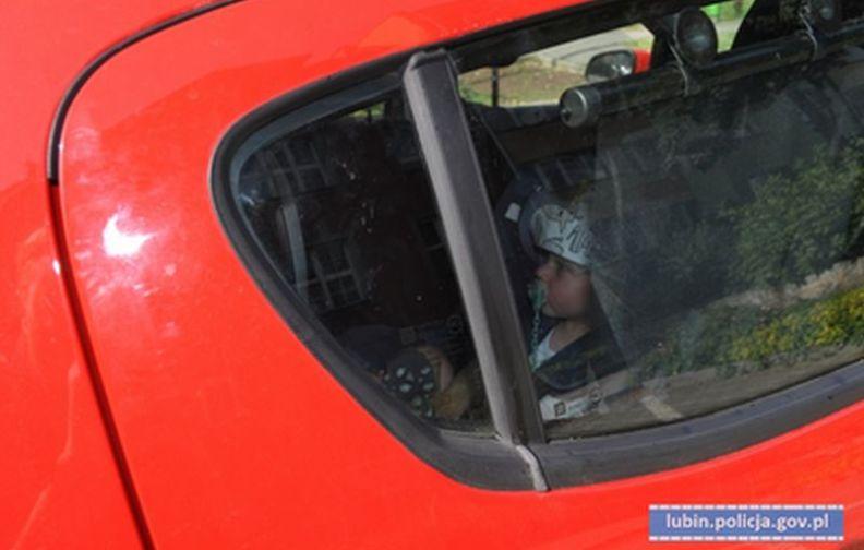 Policjanci apelują- nie zostawiaj dziecka w samochodzie