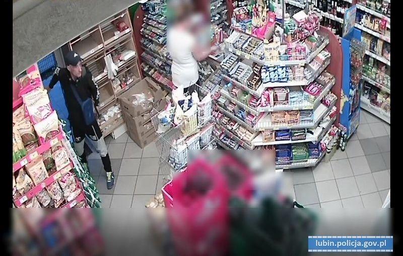 Przywłaszczył kartę bankomatową i dokonał kradzieży z włamaniem na konto innej osoby. Policjanci poszukują sprawcy.