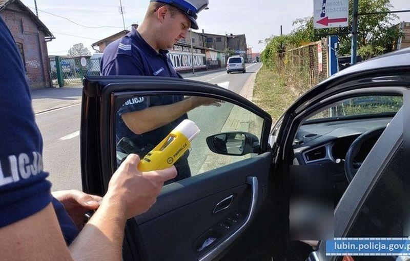 Blisko 3,5 promila alkoholu i brak prawa jazdy