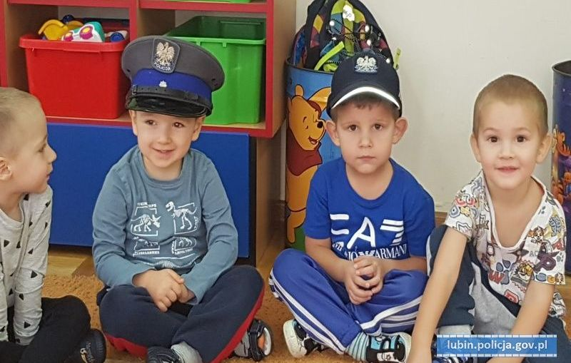 Policjanci uczyli dzieci prawidłowego zachowania na drodze