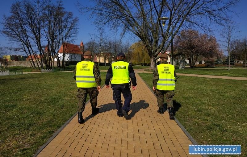 Lubińscy policjanci i żołnierze WOT kontrolują parki, skwery, place zabaw.