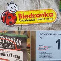 Wywieszki w sklepach sieci Biedronka wprowadzają w błąd