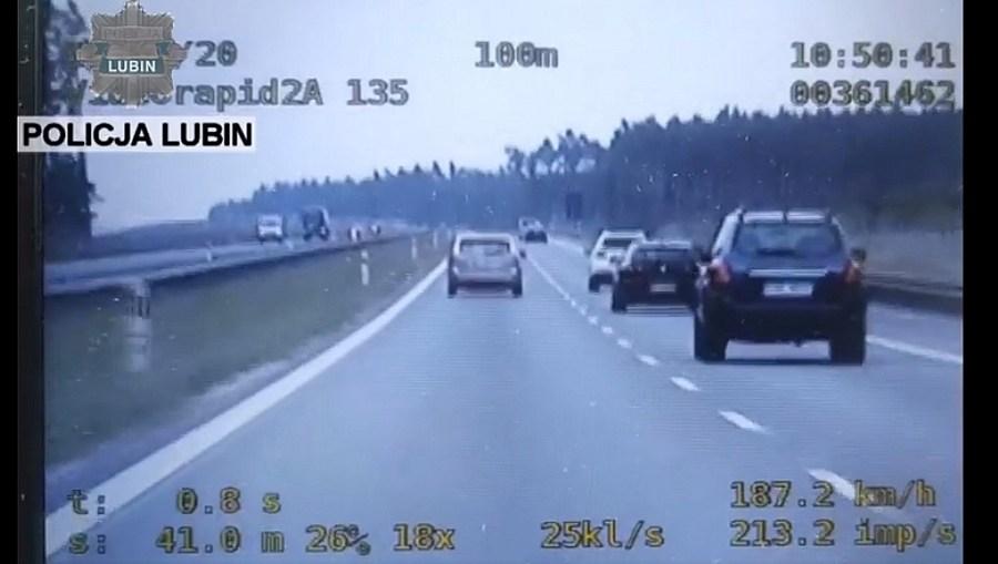 Policjanci zatrzymali mężczyznę, który jechał 188 km/h i rozmawiał przez telefon