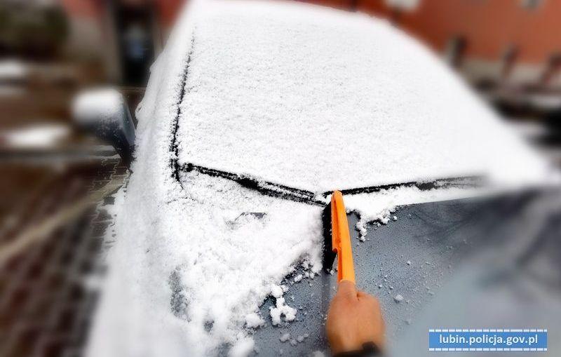 ZADBAJ O BEZPIECZEŃSTWO SWOJE I INNYCH - ODŚNIEŻ SWOJE AUTO I OKOLICE POSESJI