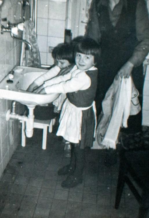 Siostry Sabinka i Ania pomagają w pracach kuchennych