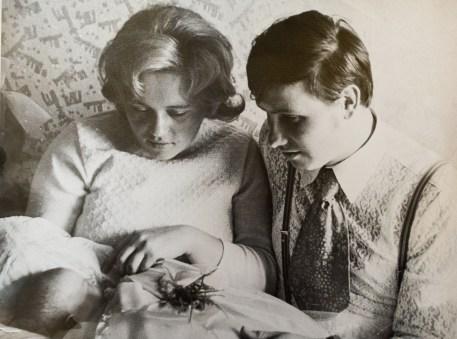 Zofia i Mieczysław Bednarzowie z najstarszą córką Dorotą w swoim wodzisławskim mieszkaniu