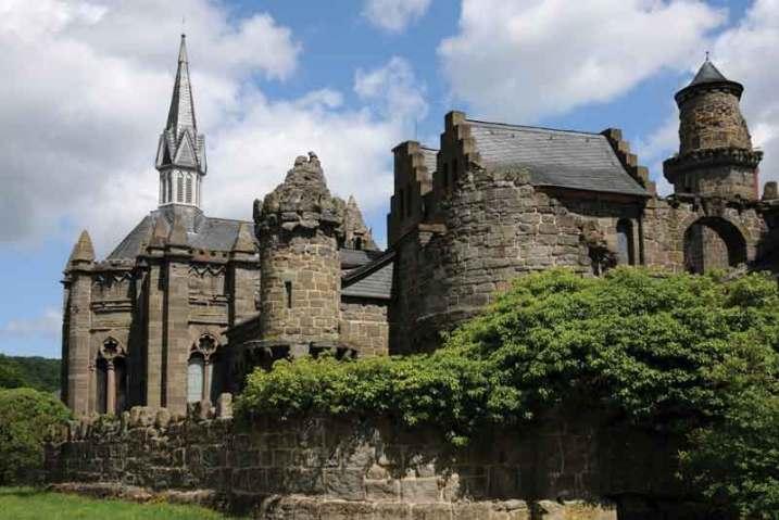 Neogotycki pawilon stylizowany na ruiny zamku rycerskiego w Kassel